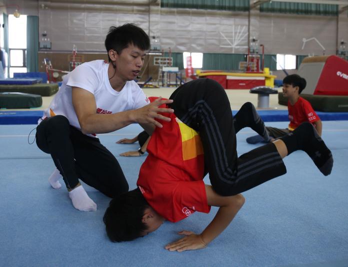 ▲「鞍馬王子」李智凱親自指導小小體操營選手。(圖/主辦單位提供)