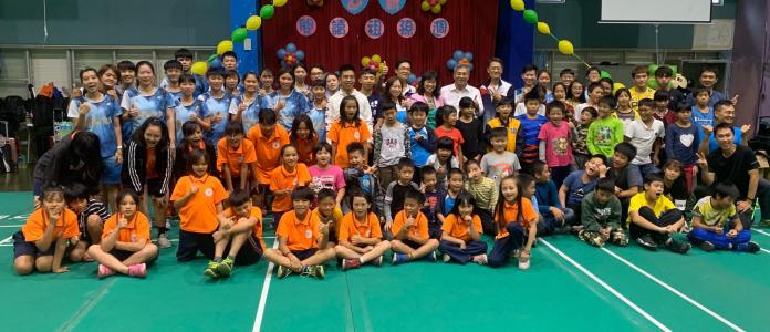 來自花蓮景美國小、志學國小、文蘭國小三個學校約50位學童,一起參加台電羽球關懷列車活動。