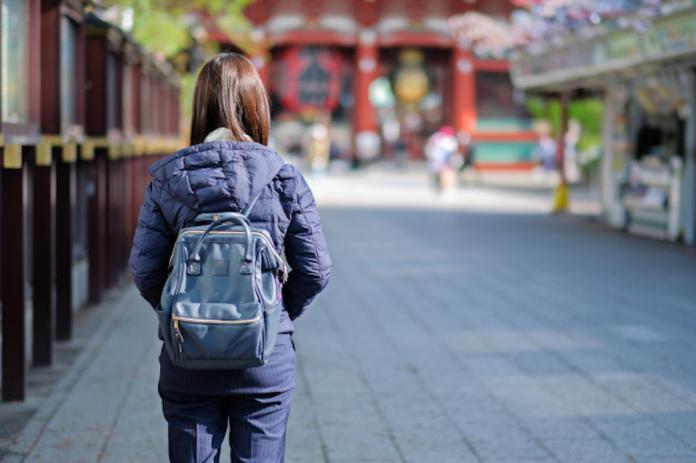<br> ▲一名在日本奈良的青年旅館打工的女大生 9 日上網 PO 文抱怨,表示日前店裡來了 3 名台灣女生做事非常不用心,不僅害得客人沒地方住,甚至還不顧班表、惡意「閃辭」換工作,更嗆聲:「你們也不能拿我怎麼樣!」讓日本的店經理落淚。圖中人物與新聞無關。(示意圖/翻攝自推特)