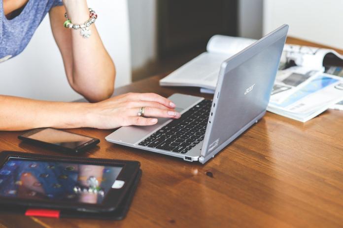 ▲日前有日本網友分享職場生活,表示自己傳了某一顏文字,竟被許多同事指出「看起來超兇!」(示意圖/取自