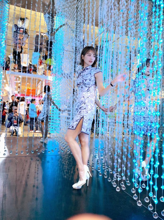 <br> ▲ 阿喜穿旗袍大秀美腿成為旅展最佳代言人。(圖/天晴娛樂提供)