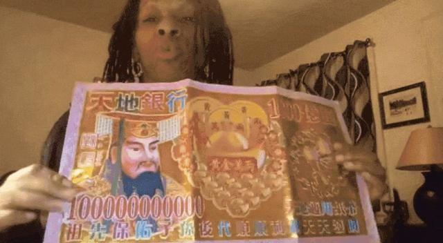 <br> ▲女子手上拿的冥幣上居然用中文寫著「祖先保佑子孫後代順順利利天天發財」。(圖/翻攝自影片)