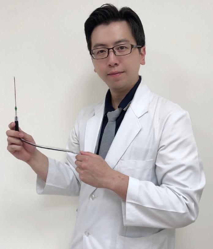<br> ▲黃鼎鈞醫師展示冷凝式高頻熱凝術使用之耗材。(圖/台大醫院竹東分院提供)