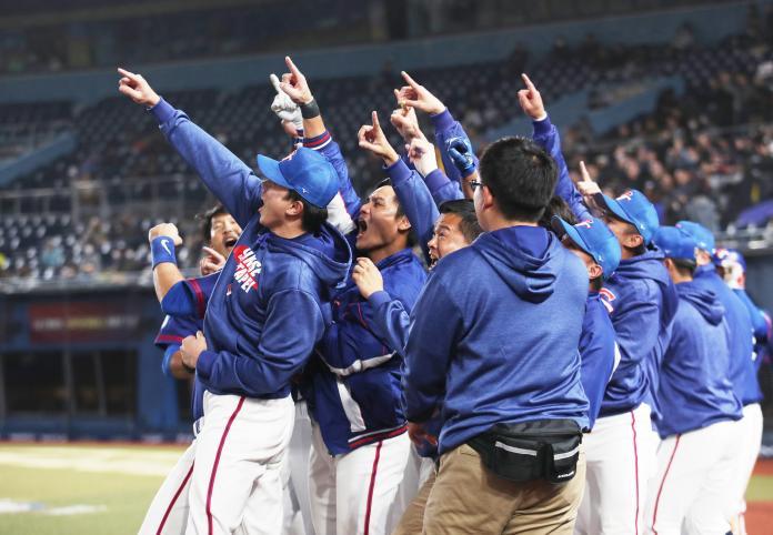 世界棒球12強,中華隊一壘手陳俊秀對南韓敲出3分砲,回本壘時全隊慶祝。(圖/記者葉政勳攝)