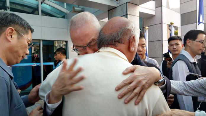 國民黨不分區立委名單引發反彈聲浪,吳敦義在中常會之前與支持者當眾緊抱痛哭。( 圖 / 記者陳弘志攝 )