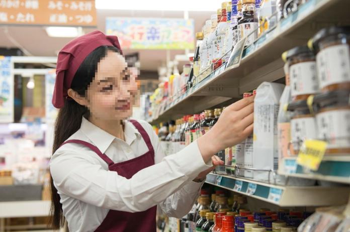 ▲ㄖ本一名男子戀上小 27 歲的超商店員,讓他很猶豫。(示意圖,非當事人/取自 photoAC )
