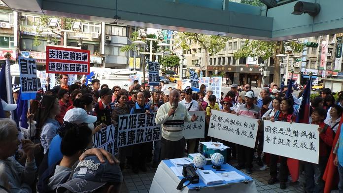 <br> 近百名國民黨次級團體OpenKMT成員於中常會召開前到黨中央力挺吳敦義。( 圖 / 記者陳弘志攝 )