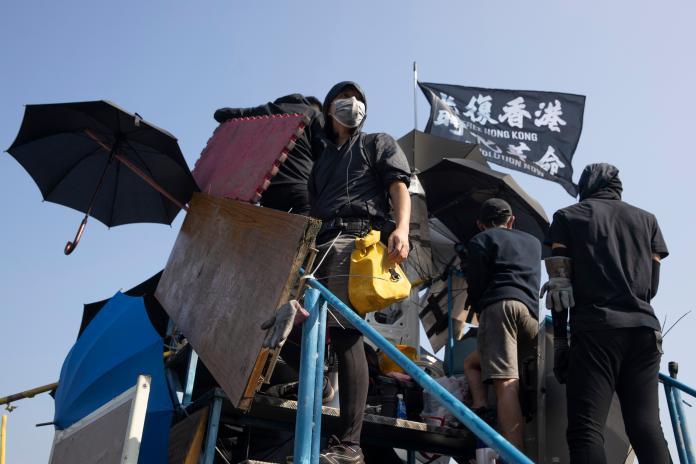 ▲香港示威潮越演越烈,戰場已擴散至大學校園。圖為香港中文大學學生。(圖/美聯社/達志影像)