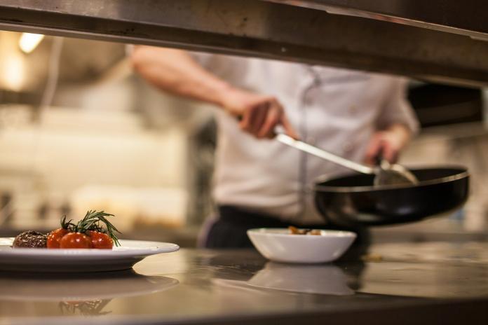 ▲有網友表示「併桌很平常,反正只是吃飯而已」。(示意圖/翻攝自