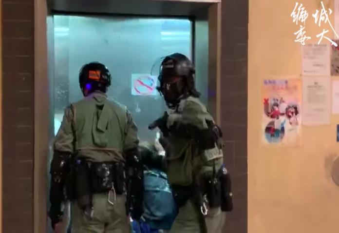拍攝港警對市民噴椒、毆打 香港記者遭威脅停止錄影