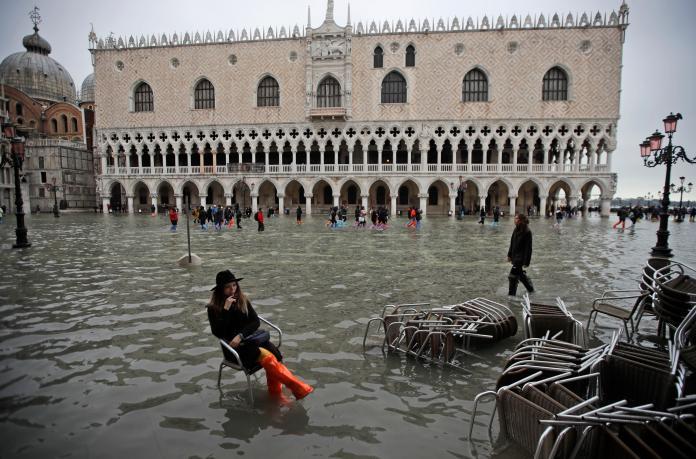 威尼斯遊客坐在水中拍照
