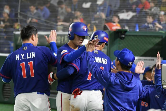 中華隊快腿王威晨跑回第1分。(圖/葉政勳攝)