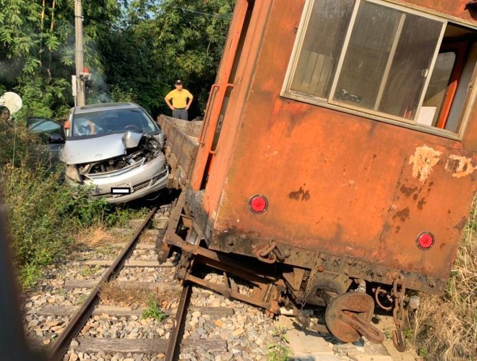 ▲轎車誤闖平交道,與工程車擦撞。(圖/林鐵與文資處提供)