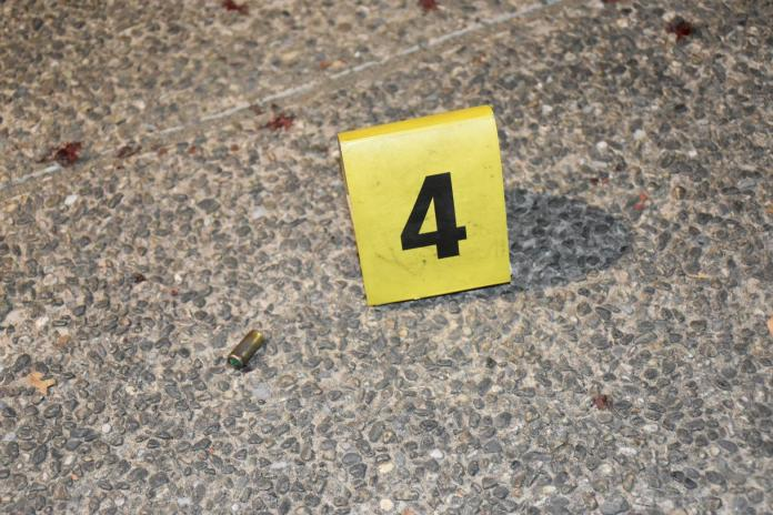 ▲高雄市三民公園15日發生10多人鬥毆暴力案,並疑似傳出槍響,警方獲報後出動快打部隊到場,除查獲6名涉案人到案,現場也拾獲「裝飾彈」1顆。(圖/記者郭凱杰翻攝,2019.11.15)