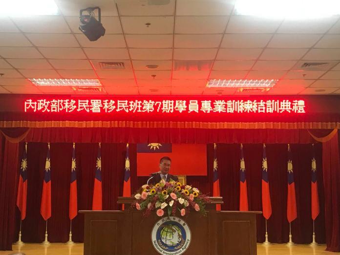 <br> 本次結訓典禮內政部部長徐國勇出席,恭賀所有移民官通過一年的訓練,並一一和家屬們表達恭賀。(圖/記者賴正琳攝於108年11月15日)