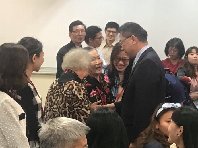 <br> 內政部部長徐國勇和學員家屬握手致意。(圖/記者賴正琳攝於108年11月15日)