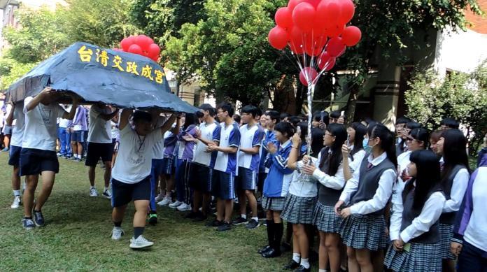 影/學長們抬出「臺清交政成宮帽」帶來好兆頭