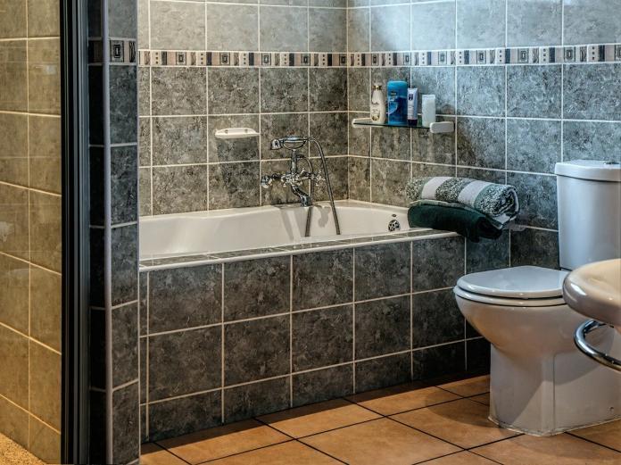 女下班直衝浴室!男友一看傻眼 留言全歪樓:隔離超徹底