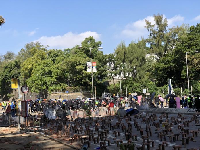 <br> ▲香港理工大學 17 日早晨傳出警民衝突。(圖/翻攝自《香港 01 》)
