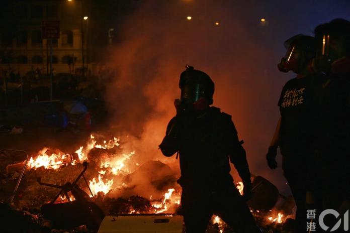<br> ▲防暴警察多次施放催淚彈;示威學生向路障投擲汽油彈。(圖/翻攝自《香港 01》)