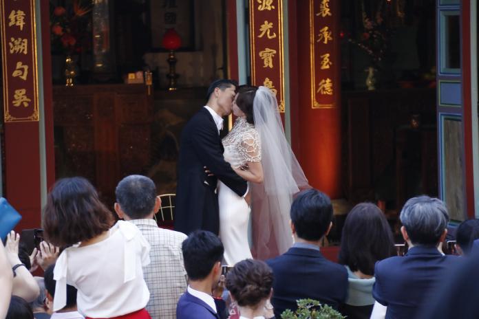 林志玲台南補辦婚宴太吸睛 場外萬頭鑽動如跨年晚會