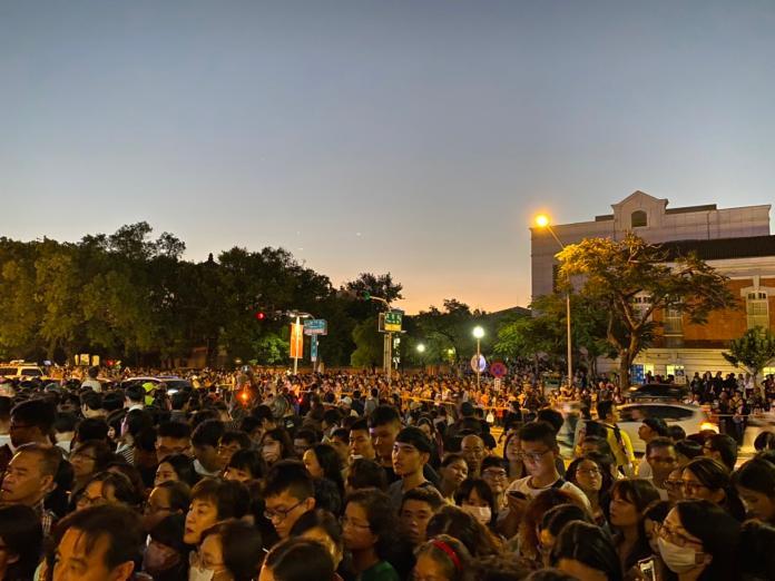 ▲林志玲婚宴場外人擠人。(圖/記者陳聖璋攝2019.11.17)