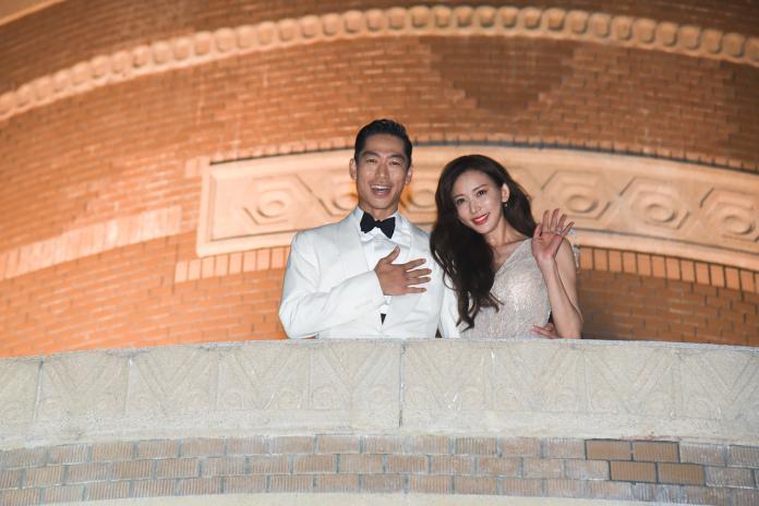 <br> ▲ 林志玲與老公在台南美術館二樓與民眾揮手。(圖/記者陳聖璋攝)