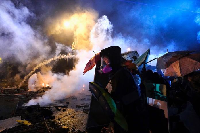港理大氣氛肅殺 警方首度稱不排除實彈還擊