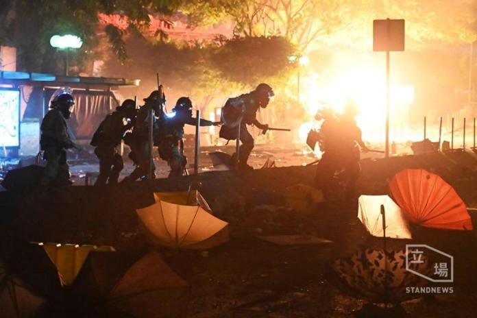 港警清晨攻堅理大!示威者焚燒路障力抗、平台成火海