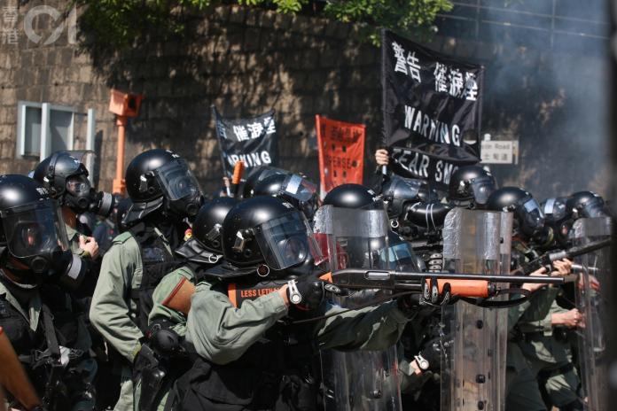 《環時》總編支持港警開槍 與《紐時》記者開戰