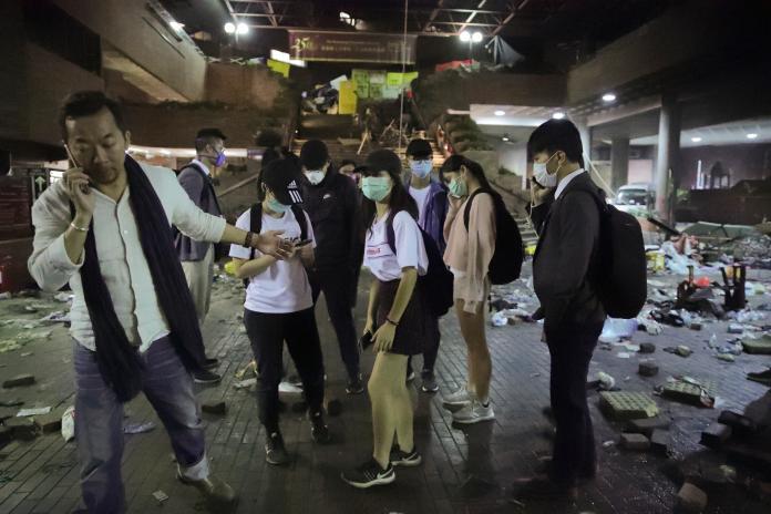 <br> ▲香港「反送中」運動持續延燒,香港理工大學內示威者及學生遭到港警包圍在昨(18)日晚間已來到第 3 夜,有消息傳出,校園內仍有超過百人受困,而港警則對校園進行全面包圍,甚至以催淚彈等武器發動猛烈攻勢,與抗爭者爆發嚴重警民衝突。(圖/達志影像/美聯社)
