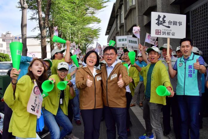 搶頭香 劉櫂豪在近百位支持者陪同下完成立委登記