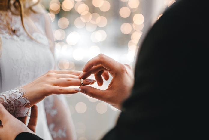鑽戒vs金戒結婚戴哪個?老夫妻一語揭真相:意義絕對長久
