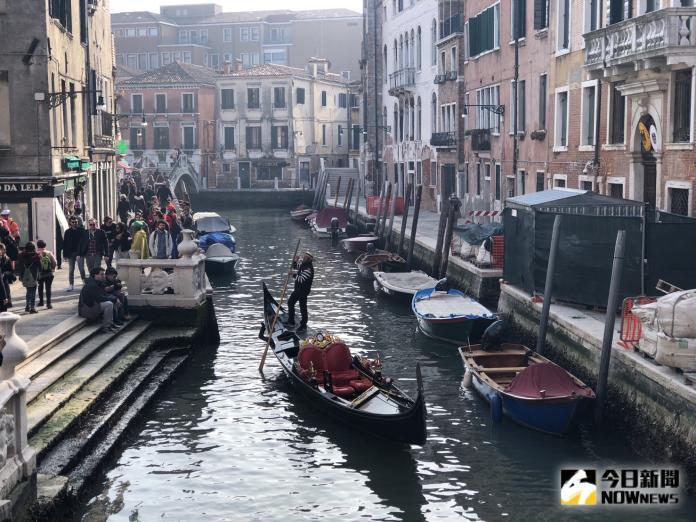 ▲威尼斯遭遇 50 餘年來最大洪災,嚴重影響當地交通並導致停班停課。(圖/記者陳致宇攝)