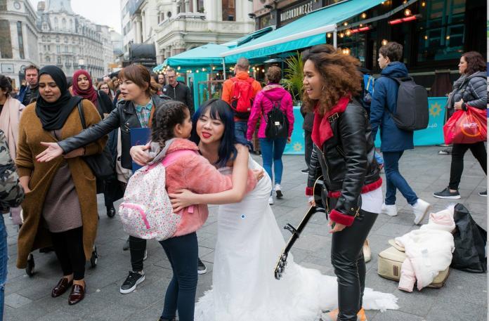 英國倫敦街頭「愛的抱抱」 民間外交成功宣傳台灣