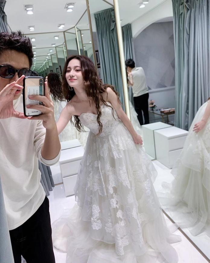 ▲Lucy試穿婚紗,黑男充當攝影師幫女友拍照。(圖/IG)