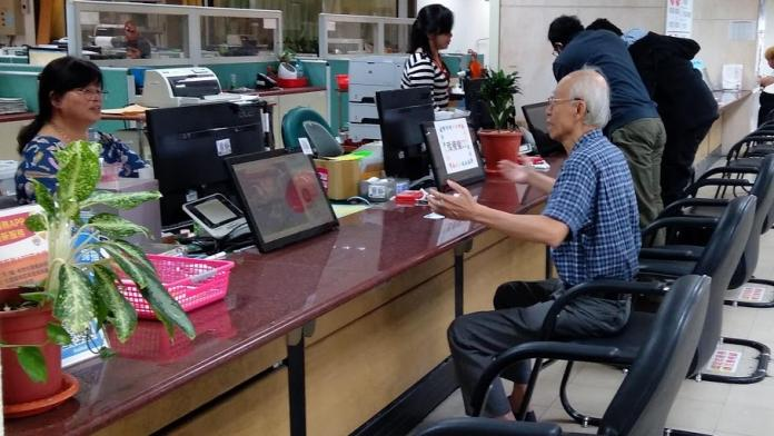 <br> ▲彰化監理站提醒年滿75歲的長輩,如無駕駛需求的話,也應將駕照繳回監理單位。(圖/記者陳雅芳攝,2019.11.20)