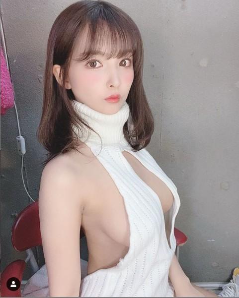 ▲三上悠亞身穿「童貞殺」封號的純白毛衣。(圖/翻攝IG)