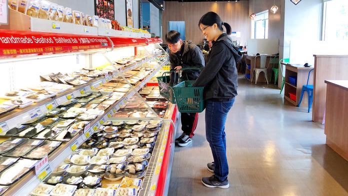 ▲火鍋創新吃法,讓消費者提著菜籃購買食材,就像在超市瞎拼一樣。(圖/記者陳美嘉攝)
