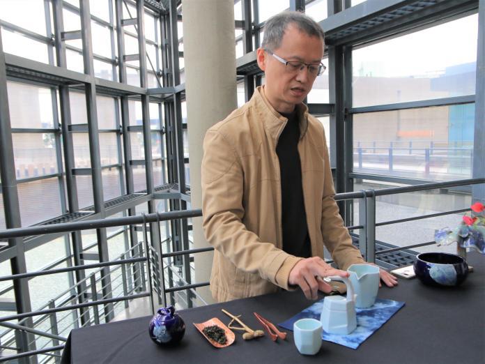 ▲由獲得多屆金壺獎的陶藝家卓銘順所設計的《茶山雲舞茶具組》首次亮相。(圖/新北市文化局提供)