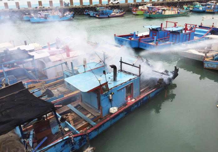 影/<b>竹圍漁港</b>火燒船 濃煙蔽天