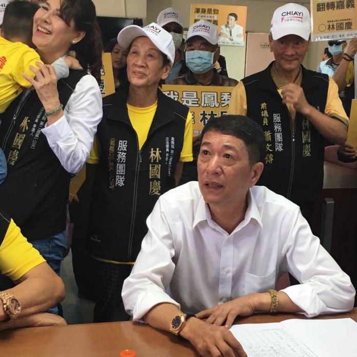 ▲前立委林國慶在太太及地方人士的陪同下,以無黨籍完成參選嘉義縣第二選區區域立委登記。