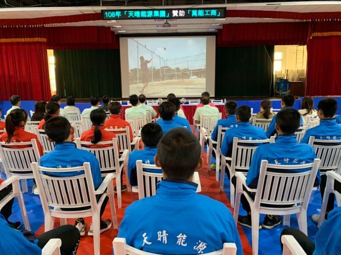 <br> ▲與會的人員及球隊一起觀看球隊比賽、訓練影帶。(圖/記者陳惲朋攝)