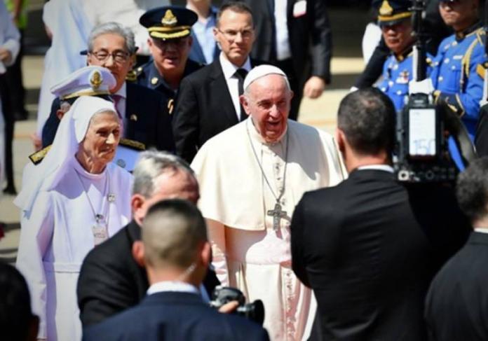 <br> 天主教教宗方濟各(Pope Francis)在20日與其隨行團隊搭乘私人專機降落於曼谷廊曼機場。(Don Mueang Airport)2號航廈(圖/ANN)