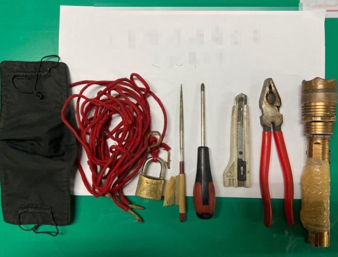 <br> ▲王姓男子機車置物箱內有美工刀及手電筒等工具。(圖/記者蘇榮泉攝,2019.11.21)