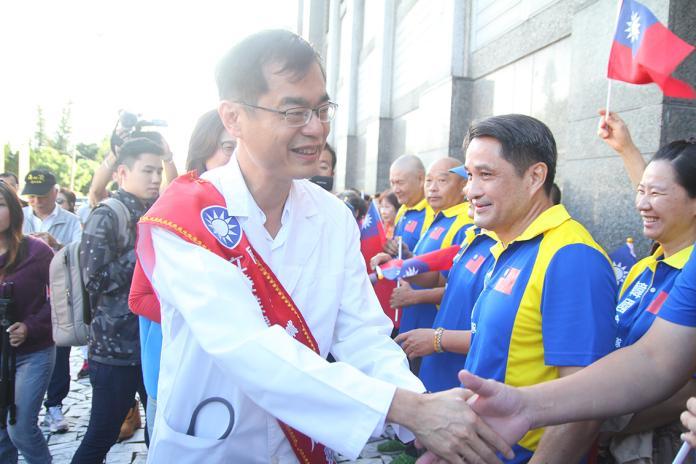 黃啟嘉宣示正藍軍身份 全套白袍現身登記參選