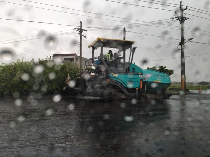 雲113縣道雨天鋪柏油2