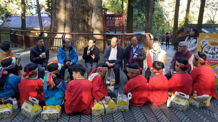 嘉義地檢署檢察長繆卓然(持麥克風)等檢警調首長,在阿里山上與學生早餐對話。