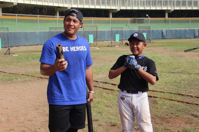 克里夫蘭印地安人旅美選手朱立人(左)指導小球員。(圖/記者黃彥迪攝)