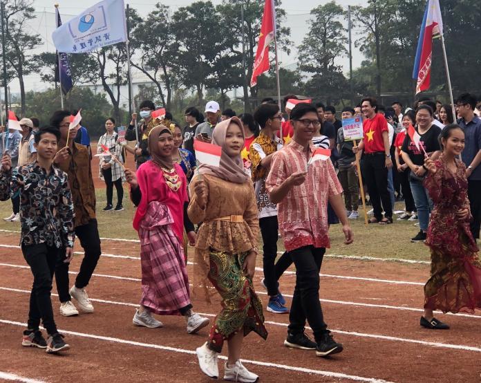 <br> ▲高苑科技大學舉行創校30週年校慶活動,印尼學生手持國旗進場。(圖/記者黃守作攝,2019.11.24)